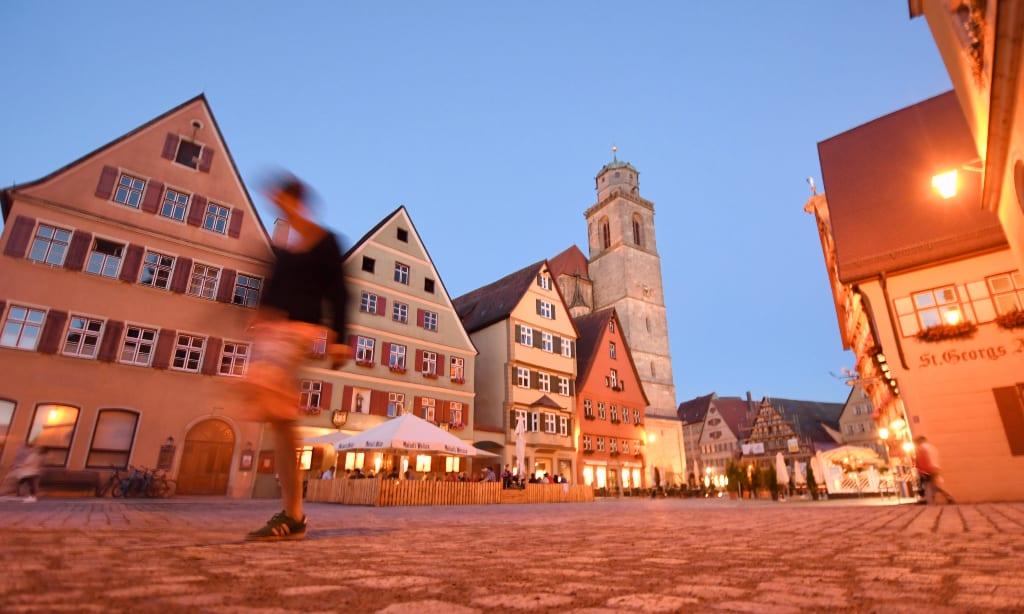 Leerer Platz einer Fachwerkstadt im Abendlicht