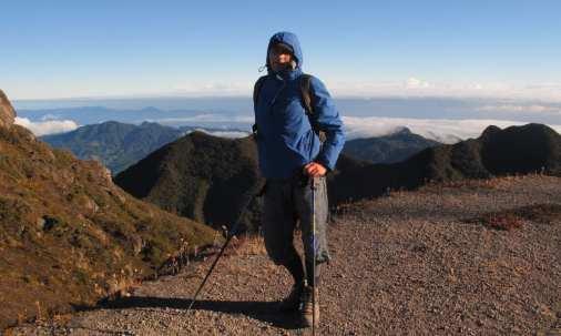 Mann in Wanderkleidung auf einem Berg