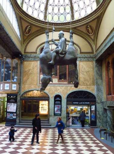 Reiter sitzt auf einem kopfüber hängenden Pferd Skulptur