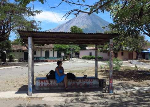 Bushaltestelle mit Vulkan dahinter