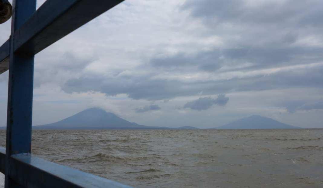 Auf einem Schiff, voraus ein Vulkan