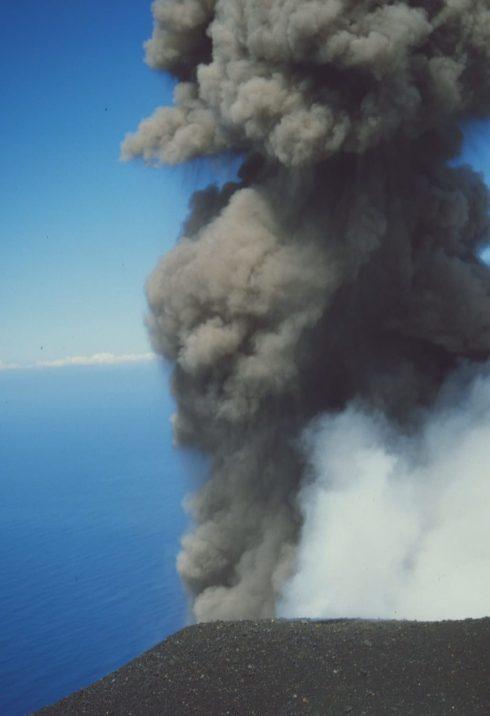 Ausbruch eines Vulkans am Meer