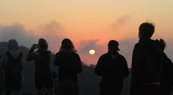Silhouette von Menschen im Sonnenaufgang