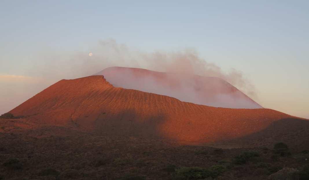 Rauchender Vulkan im Morgenlicht