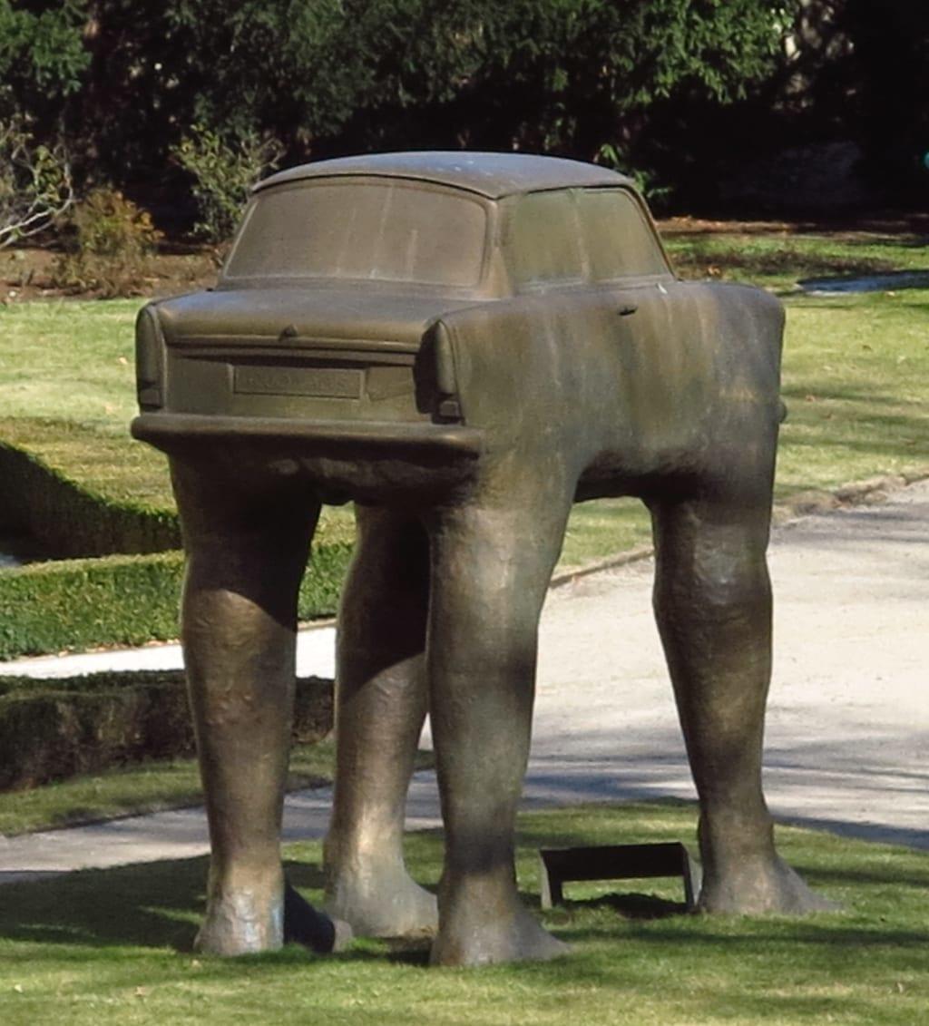 Trabi auf Beinen Skulptur