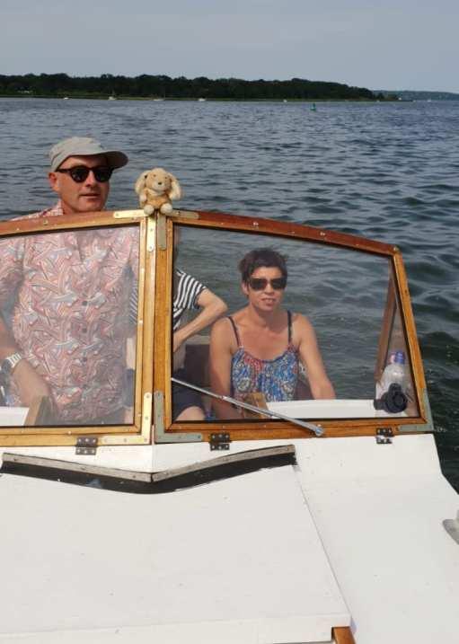 Paar auf einem Motorboot