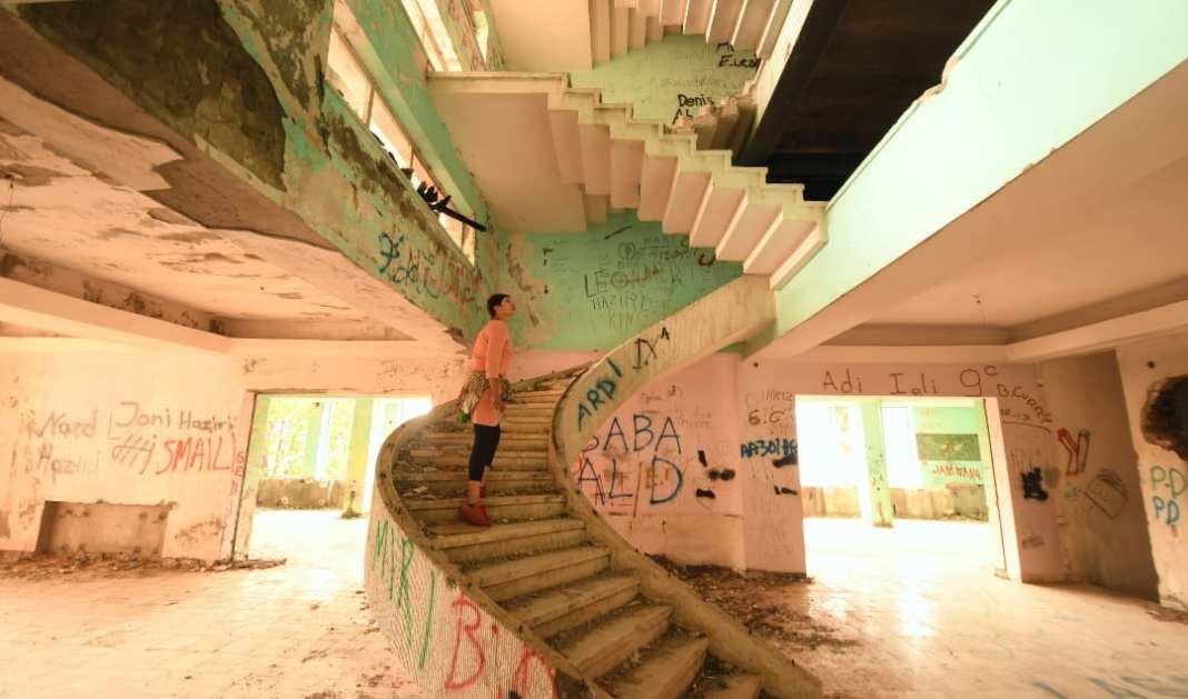 Frau in pastellfarbener Ruine