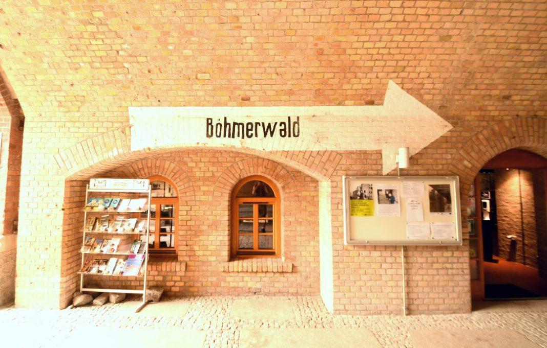 Hinweisschild Böhmerwald an Backsteinwand
