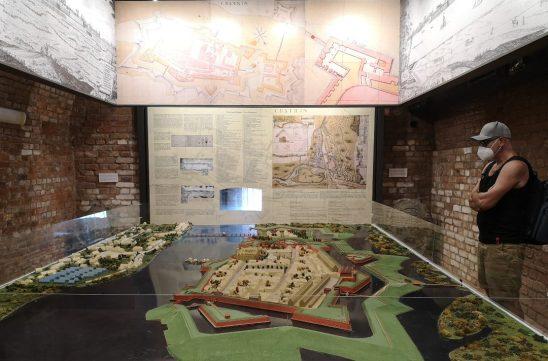 Besucher in einem historischen Museum