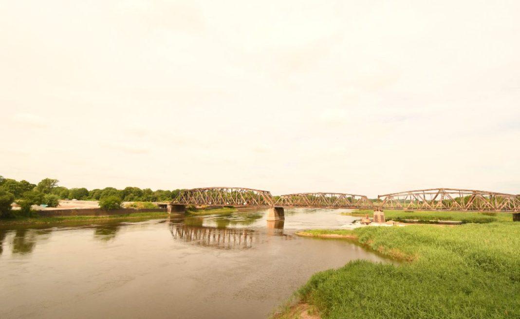 Eisenbrücke über einen Fluss