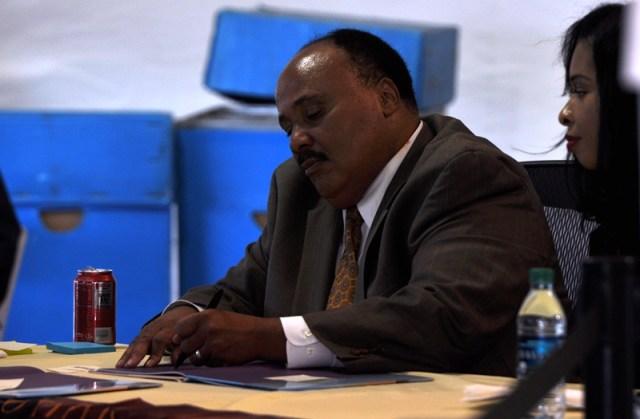 Con trai của MLK đang ký vào những giấc mơ. Ảnh: HM