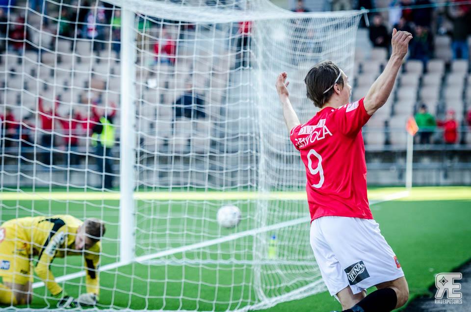 Pekka Sihvola tuulettaa loppuhetkien tasoitusmaaliaan Kuopion Palloseuraa vastaan Soneralla. Kuva: Riku Laukkanen / R1ku Exposures