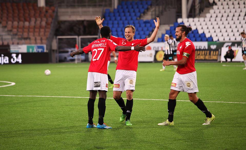 Jukka Halme ja Jani Bäckman onnittelevat ensimmäistä liigamaaliaan IFK-paidassa tehnyttä Nnaemeka Anyamele VPS-ottelussa. Kuva: Jere Nevalainen