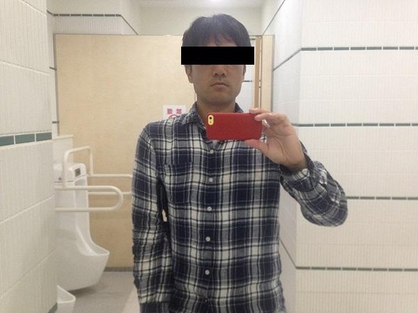トイレの鏡に映る泥棒ヒゲで老けた自分の顔にイライラ