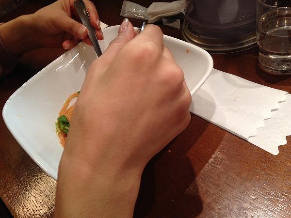 女友達とパスタを食べてたら、ヒゲが薄くなったことを指摘される