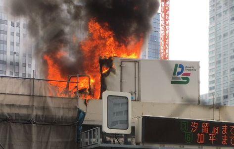 首都高 トラック 爆発 炎上 火災 火事