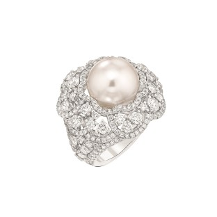 "Les Intemporels de Chanel. ""Camélia Exquis"" ring in 18K white gold set with 230 brilliant-cut diamonds for a total weight of 4.4 carats and an Indonesian cultured pearl."