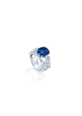 Ring in 18K white gold set with 1 cushion-cut blue sapphire (approx. 6.20 cts), 16 marquise-cut diamonds (approx. 2.21 cts) and 42 brilliant-cut diamonds (approx. 1.11 cts).