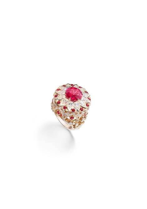 Ring in 18K pink gold set with 1 round-cut red spinel (approx. 6.31 cts), 12 round-cut red spinels (approx. 0.44 ct), 8 pear-shaped red spinels (approx. 0.80 ct), 16 pear-shaped diamonds (approx. 3.20 cts), 14 princess-cut diamonds (approx. 0.88 ct), 6 marquise-cut diamonds (approx. 0.60 ct) and 150 brilliant-cut diamonds (approx. 0.80 ct).
