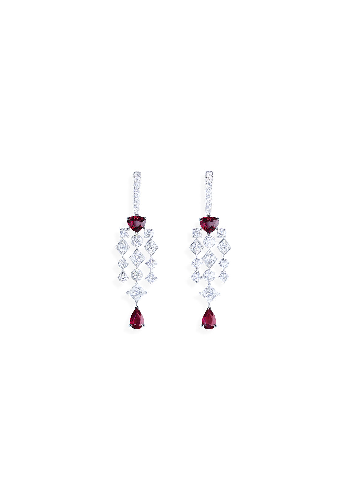 Earrings in platinum set with 4 pear-shaped rubies (approx. 4.23 cts), 2 princess-cut diamonds (approx. 1.41 cts) and 38 brilliant-cut diamonds (approx. 4.42 cts).