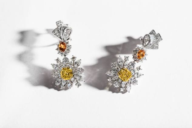 Plumetis Diamant Jaune Earrings. 750/1000 white gold, diamonds, yellow diamonds and spessartine garnets.