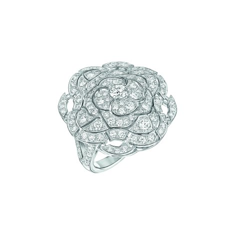 """""""Secrète"""" ring in 18K white gold set with 127 brilliant-cut diamonds for a total weight of 2.2 carats. CHANEL Joaillerie"""