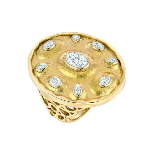 """Solaire"" ring in 18K yellow gold set with a 1-carat oval-cut diamond, 4 ovalcut diamonds and 4 pear-cut diamonds. CHANEL Joaillerie"