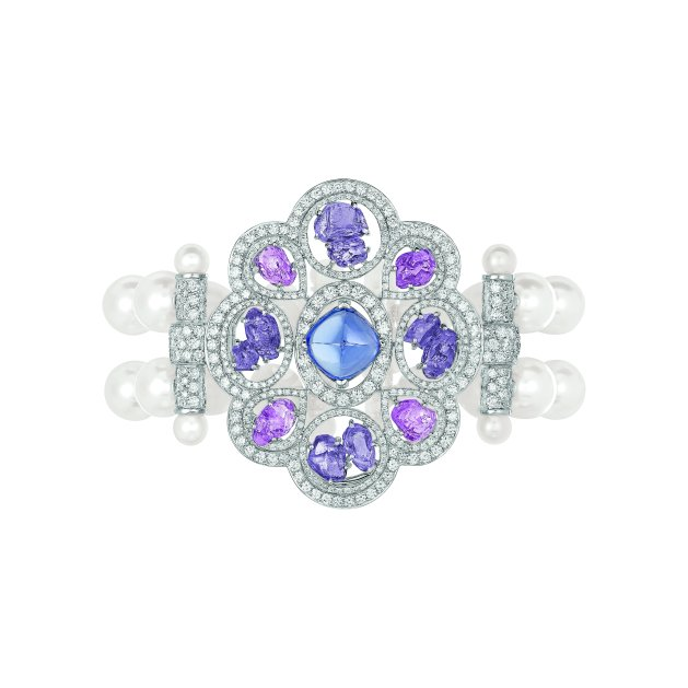 """""""Charismatique"""" bracelet in 18K white gold set with a 4.5-carat sugarloaf-cut blue tanzanite, 4 baroque-cut pink sapphires for a total weight of 4.4 carats, 8 baroque-cut violet sapphires for a total weight of 5.6 carats, 667 brilliant-cut diamonds for a total weight of 5 carats and 52 Japanese cultured pearls. CHANEL Joaillerie"""