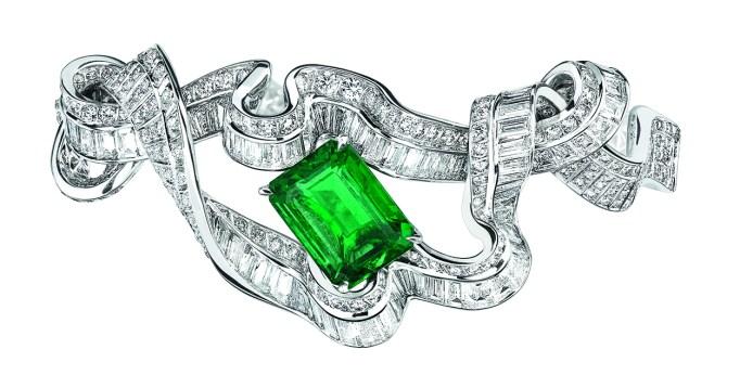 Noué Emeraude Bracelet. 750/1000 white gold, diamonds and emerald.
