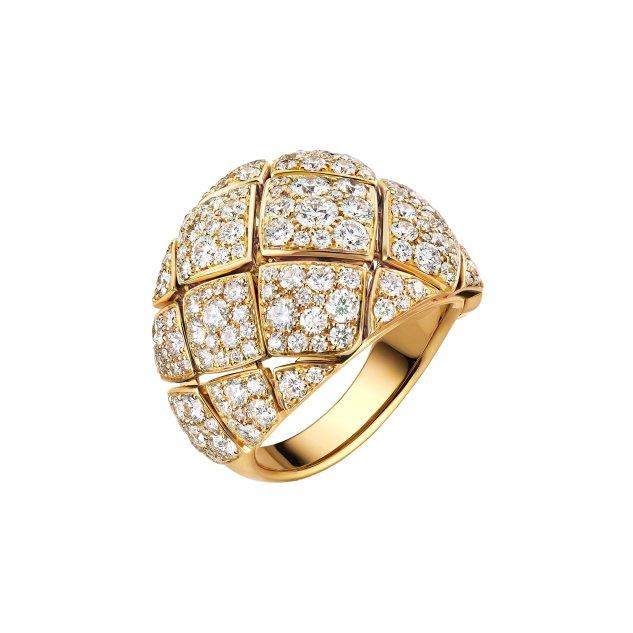 """၁၈ ကာရက်အဝါရောင်ရွှေရောင်ရှိ"""" Signature d'Or"""" လက်စွပ်ကို ၃၈ ကာရက်အလေးချိန်တောက်ပသောစိန် ၁၆၈ လုံးဖြင့်ပြုလုပ်ထားသည်။"""