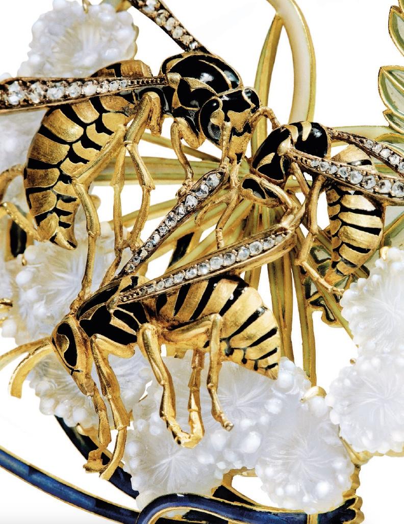 Wasp pendant Lalique detail