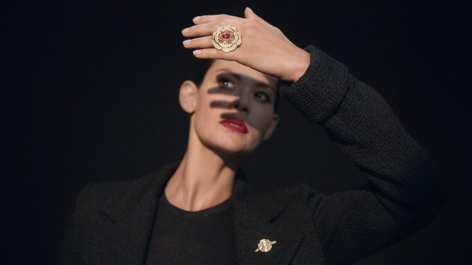 샤넬 1.5-1 Camélia, 5 Allures High Jewellery Collection. 루즈 텐 테이션 링과 브로치