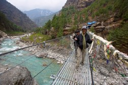 Another river crossing between Phakding and Monjo. Suit Yoo gaining confidence now.