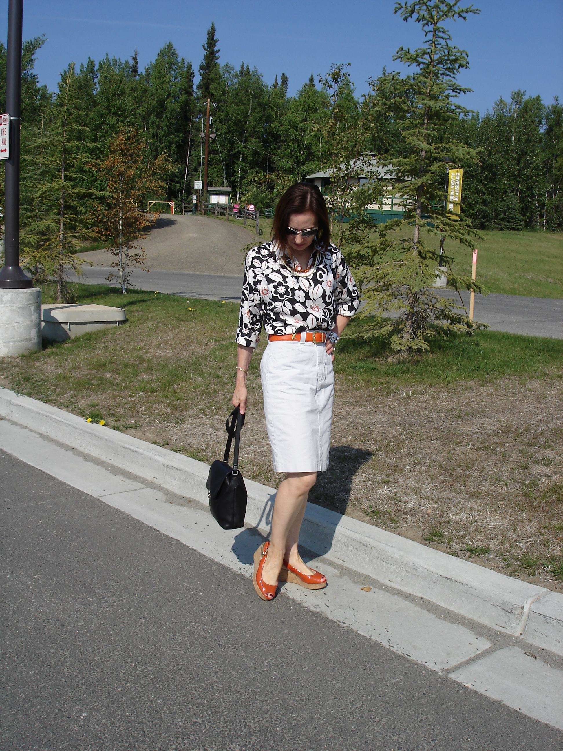 over 50 years old fashion blogger wearing a Hawaiian shirt and denim cargo skirt with plateau sandals as a summer work look for Casual Friady