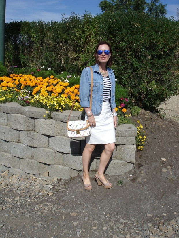 Fashion blogger presenting a casual weekend look