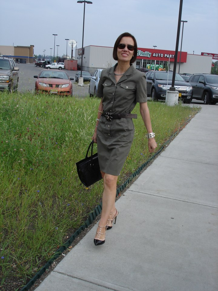 #over40fashion fashion blogger Nicole showing how to look professional during the dog days in a military inspired shirt dress