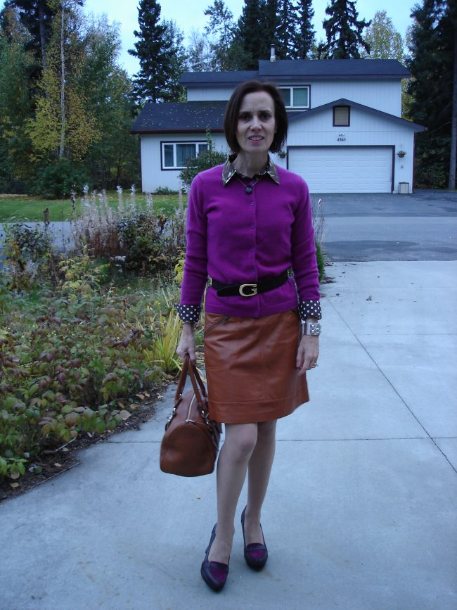 influencer in Hawaiian shirt, cardigan, leather skirt, pantyhose fall look