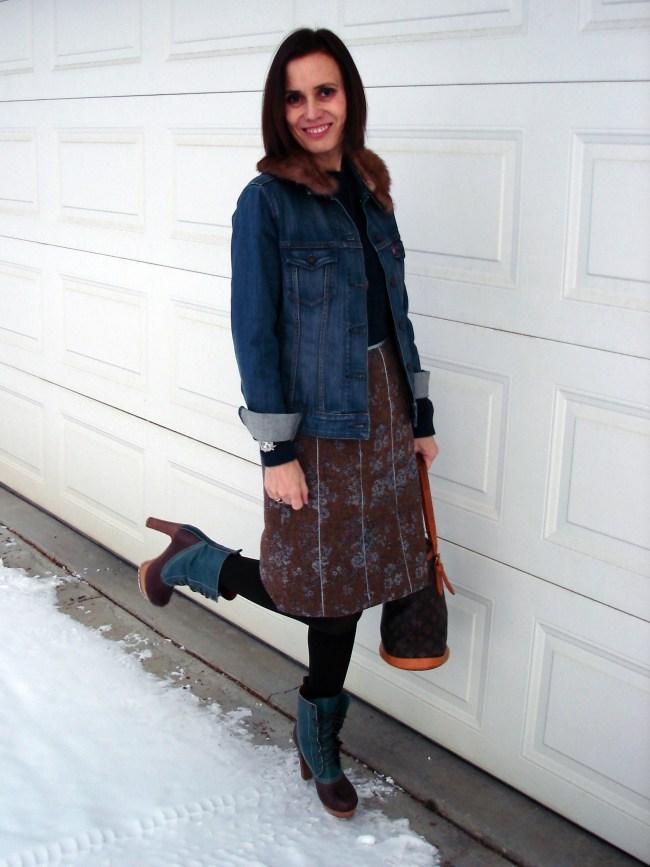 street style blogger in jeans jacke, floral tweed skirt, ducks