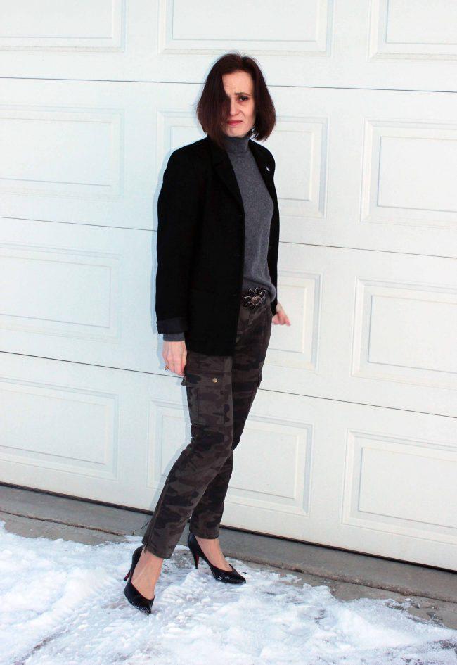 influencer in black blazer with camo skinnies