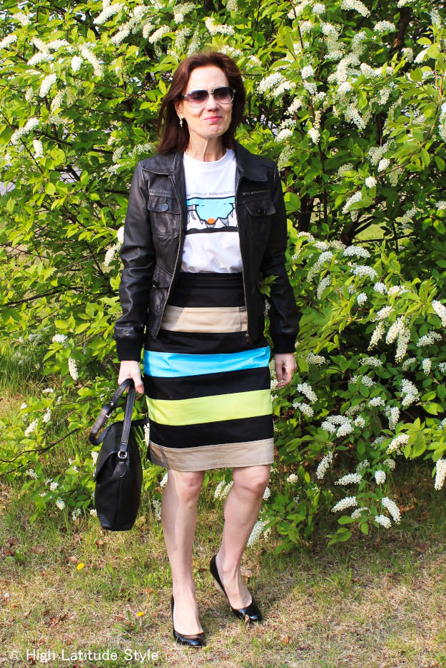 #streetstyle midlife woman looking posh in the printed T-shirt trend