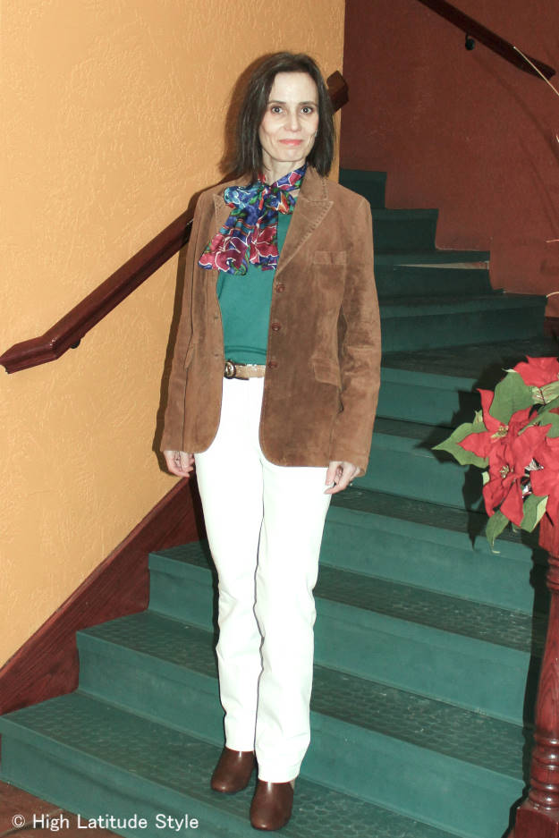 over 50 years old style blogger in an American classic work outfit with suede leather jacket, sweater, white pants