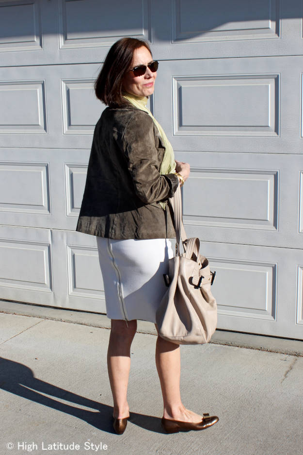 Alaskan fashion blogger Nicole in a summer work outfit in neutral colors
