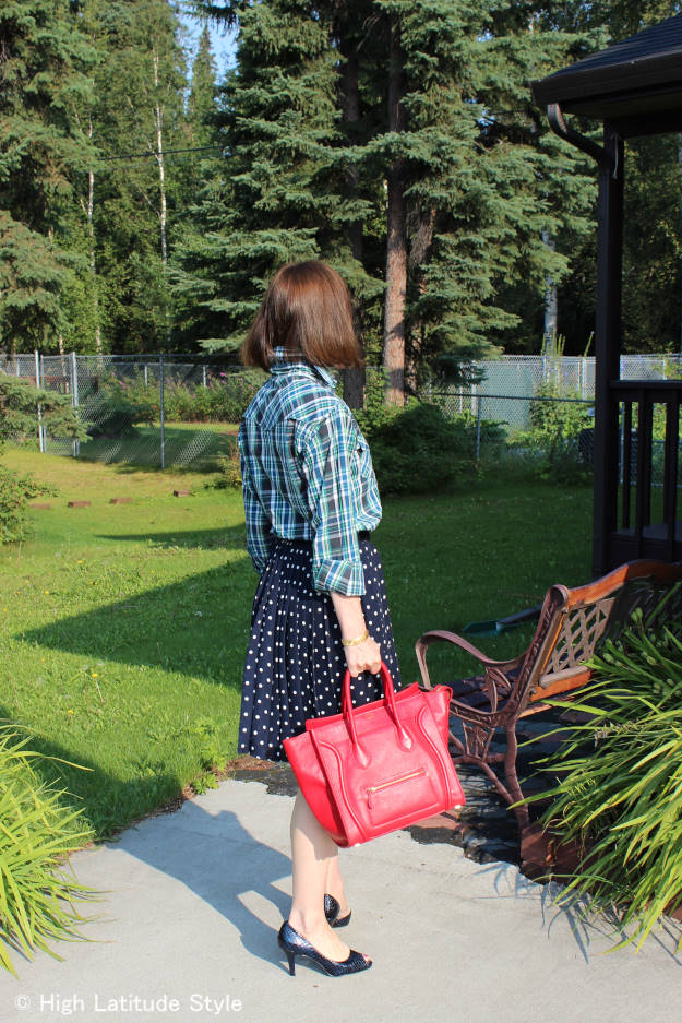 fashion blogger in mixing prints in the warm season