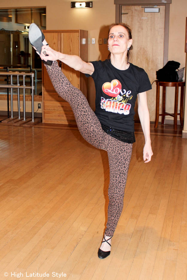 woman in travel style with chic leopard print cotton leggings gym outfit