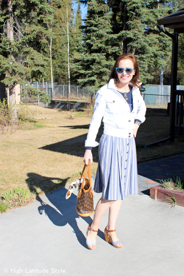 over 50 years old fashion blogger in a dress, wedges and sunglasses dressed for a grill party