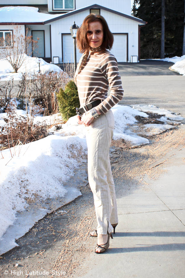 #fashionover40 mature Alaskan style blogger wearing a casual spring outfit
