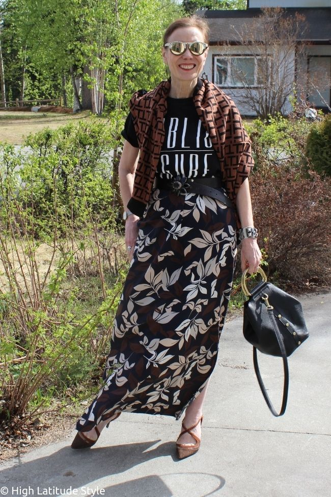 influencer in maxi skirt, Tshirt sweater