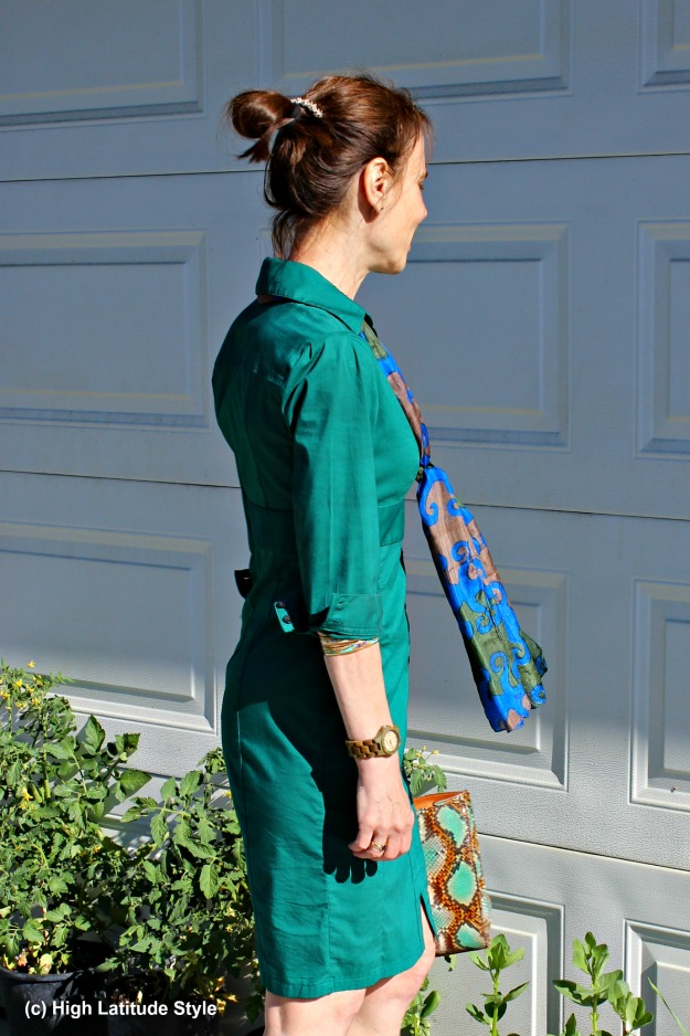 #fashionover50 woman in thrifted shirt dress with thrifted bag