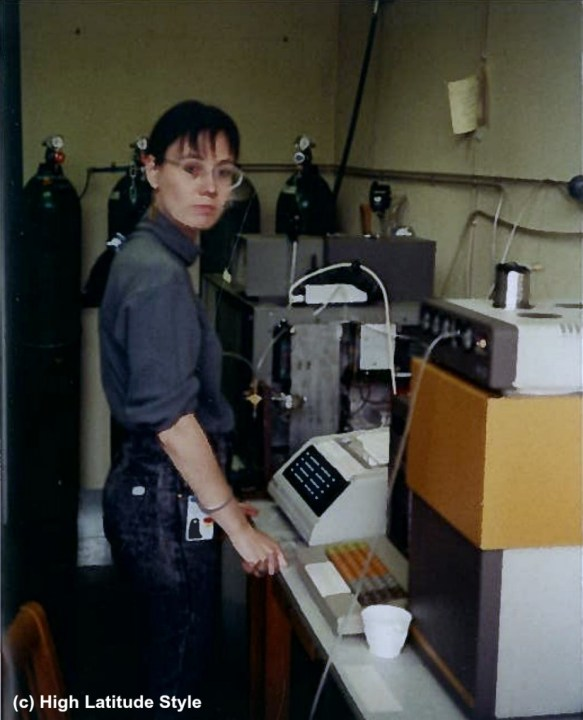 #youthstyle woman working in a casual look at a gas chromatograph