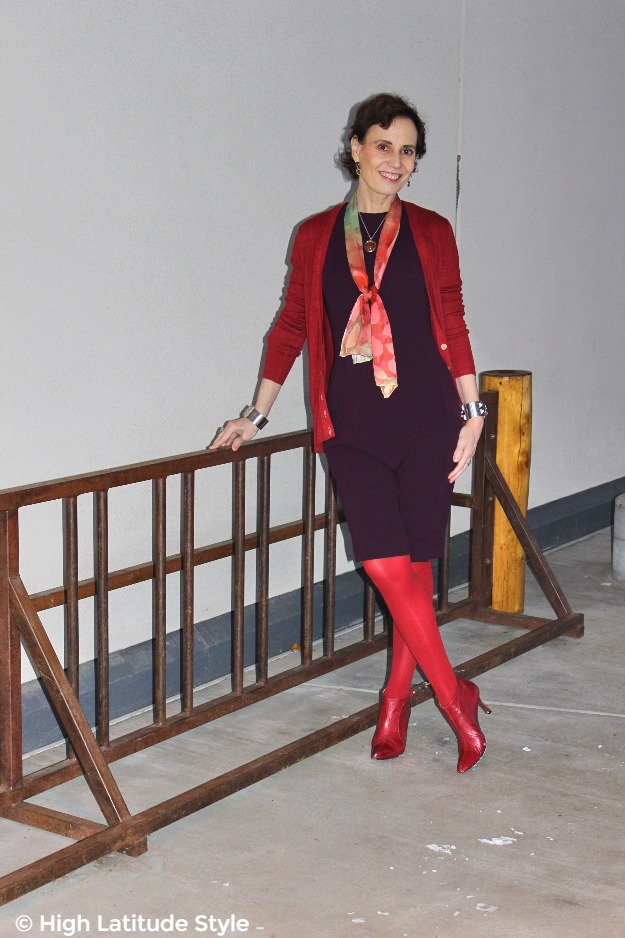 #midlifefashion lady in monochromatic outfit with Uno Alla Volta scarf